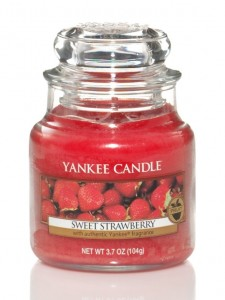 Svíčka YANKEE CANDLE SWEET STRAWBERRY Classic malý